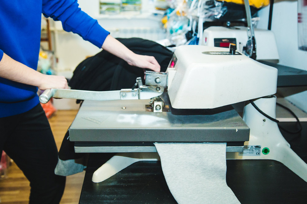 Процесс переноса изображения на толстовку с помощью термотрансферной пленки и термопресса