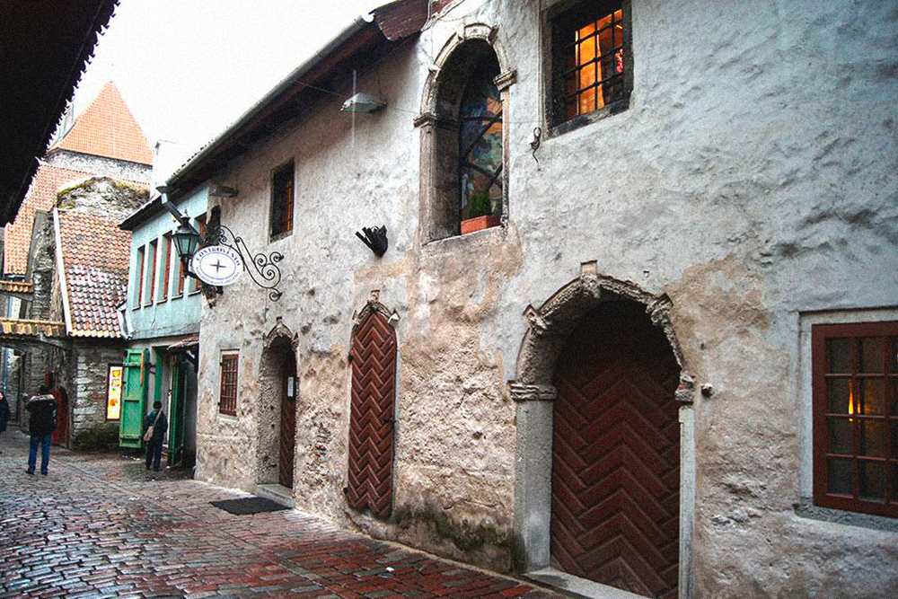 Пассаж Святой Екатерины — один из самых уютных уголков Старого города. С одной стороны улицы находятся руины церкви Святой Екатерины со старинными надгробиями прямо в стене, а с другой — лавки художников и ювелиров