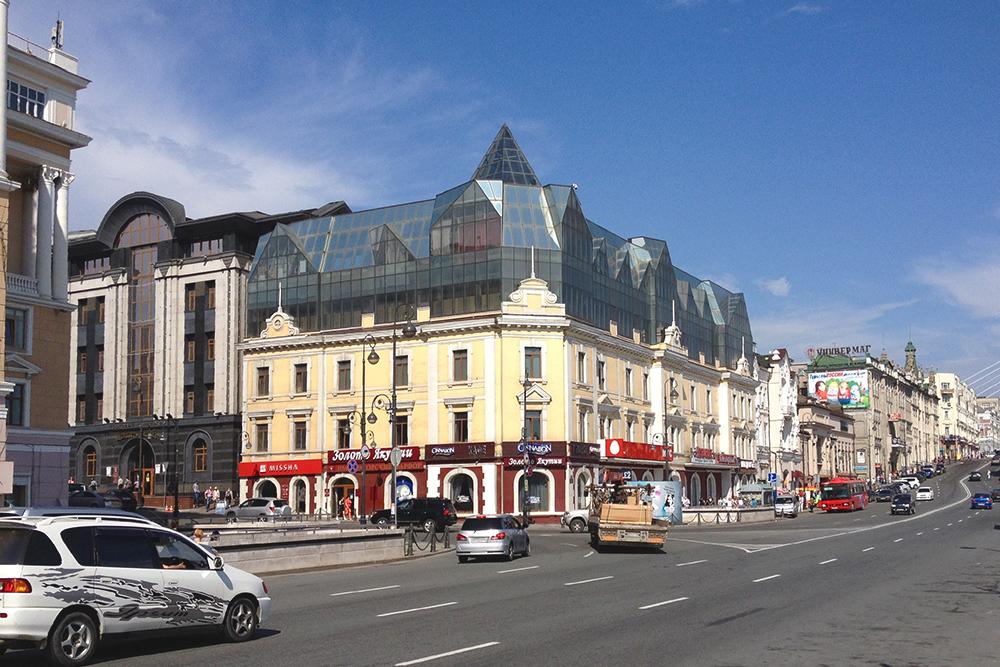 Некоторым зданиям в центре Владивостока не повезло — например, уэтого дома на улице Светланской в 2000-х годах появилась уродливая двухэтажная надстройка