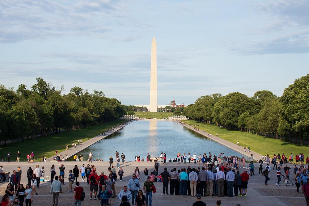 Со ступеней мемориала Линкольну открывается вид на монумент Вашингтону. Вдоль пруда все бегают и гуляют. За деревьями тоже красивый парк