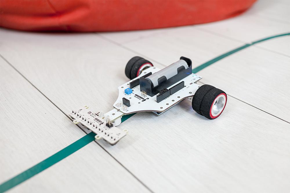 Прототип робота с датчиком линии: эта машинка умеет ездить по темной линии на светлом полу