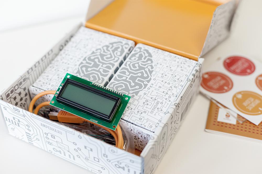 Контроллер «Ардуино» и детали для будущих устройств: лампочки-светодиоды, экраны, индикаторы, резисторы, провода, динамики и транзисторы. Из этого можно собрать простую электронную игру, музыкальную шкатулку или, например, индикатор вашей продуктивности за день