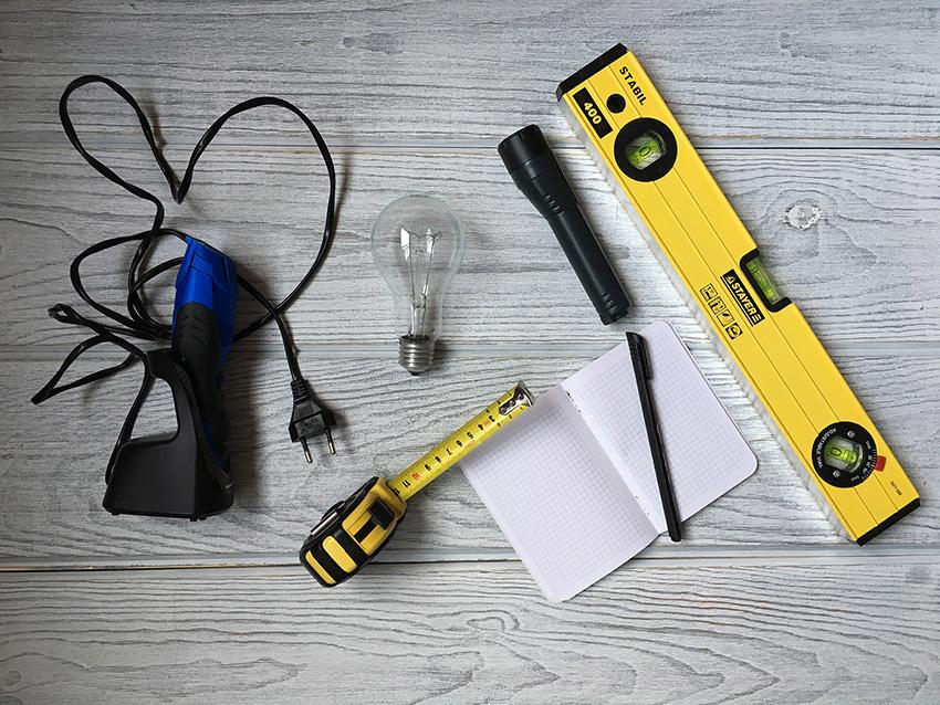 Для приемки понадобятся блокнот и ручка, дешевый бытовой прибор типа электробритвы, лампочка, фонарик, кусок мела, правило и уровень