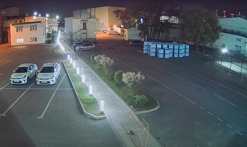 Камера передает цветную картинку благодаря технологии Starlight. Обычная камера притаком освещении переключается вчерно-белый режим