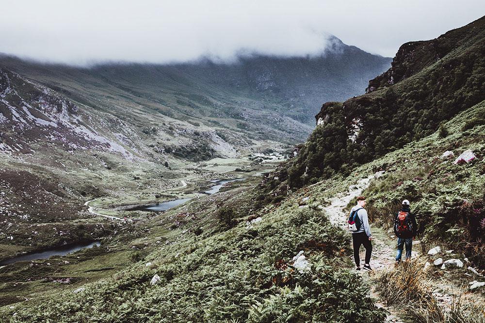Из-за высокой влажности над холмами и лощинами часто появляется туман