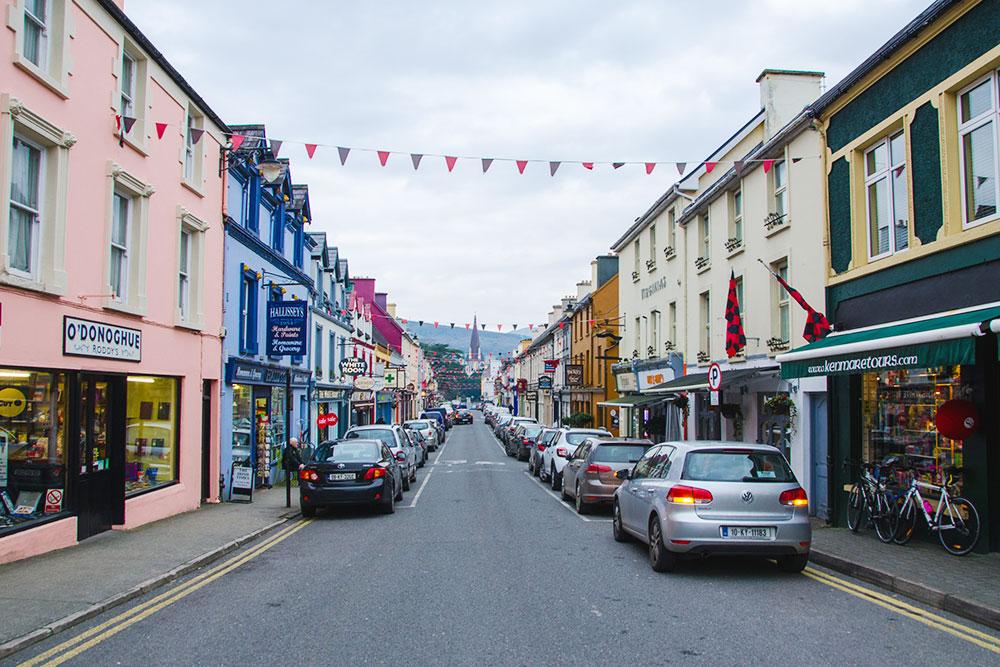 В Ирландии небольшие узкие улочки с очень ограниченным местом для парковки. А еще максимальная разрешенная скорость в городе всего 50 км/ч