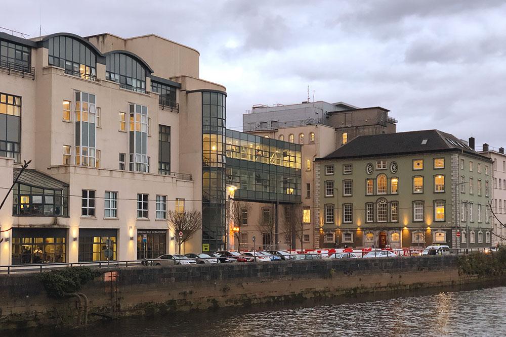 Одна из клиник в центре города — Mercy University Hospital