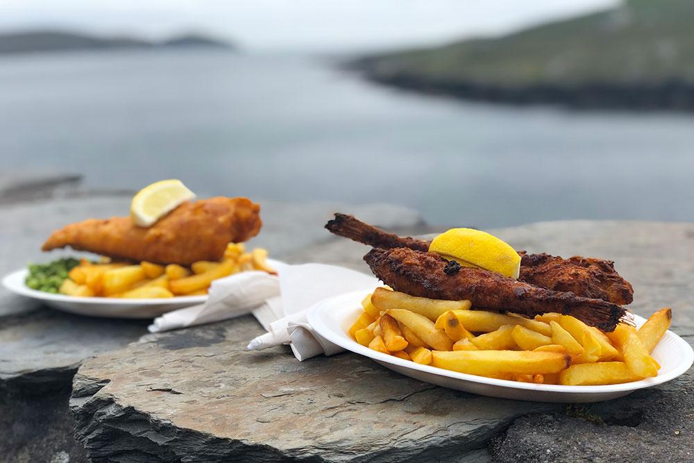 Это «фиш-энд-чипс» — главный местный фастфуд. Чипсами здесь, как и вБритании, называют картошку фри. Одна порция стоит 9—19€