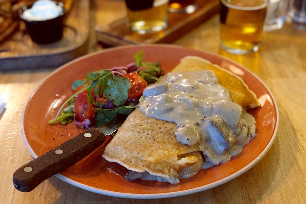 Боксти — картофельные блинчики, которые могут подаваться с различными начинками: мясом, грибами, овощами или медом. Одна порция стоит 18—24€