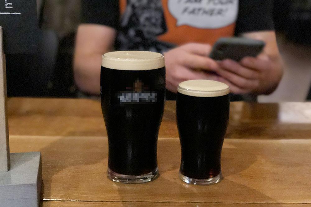 В некоторых старых пабах еще можно увидеть немолодых ирландцев, которые предпочитают пить виски классическим способом — то есть запивая его стаутом