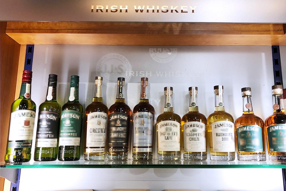 Виски из Ирландии сложно перепутать с другим: на каждой этикетке ирландцы гордо пишут Irish Whiskey, а у британцев просто Whisky, даже в окончании на одну букву меньше