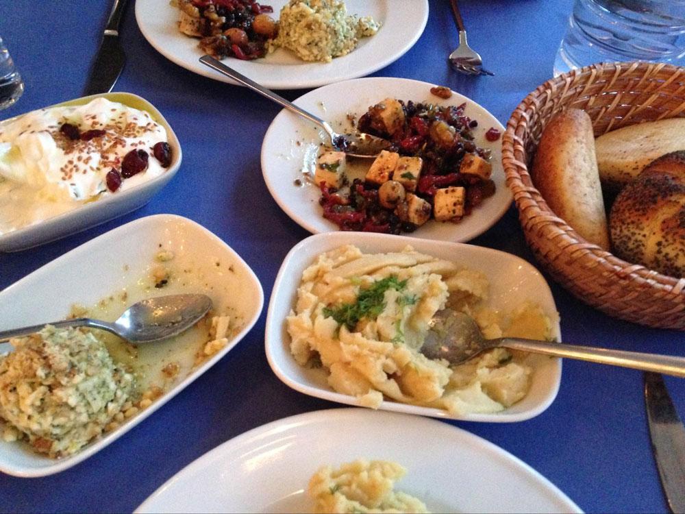 Турецкое мезе — закуски, которые подают перед основным блюдом. Я больше всего люблю фаву — это закуска из фасоли, на фото в центре