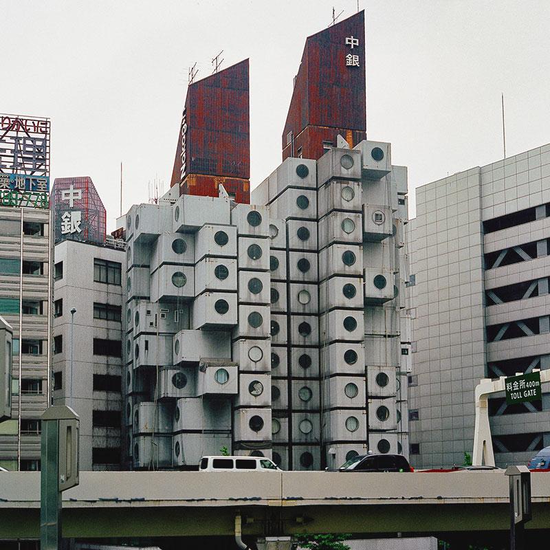 Капсульная жилая башня Накагин в районе Гинза, Токио