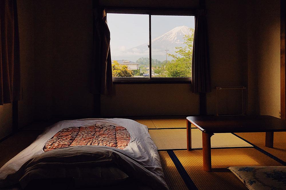 Самый красивый вид был в одноместном номере №&nbsp;101 гостиницы Fujisan FBH в поселке Фудзикавагутико. Стоил 3854<span class=ruble>Р</span> за ночь