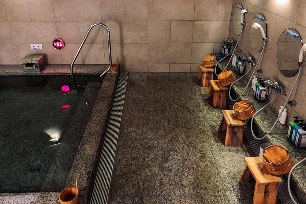 Онсен с искусственно минерализованной водой в отеле Токио. Температура воды — +40,5ºC