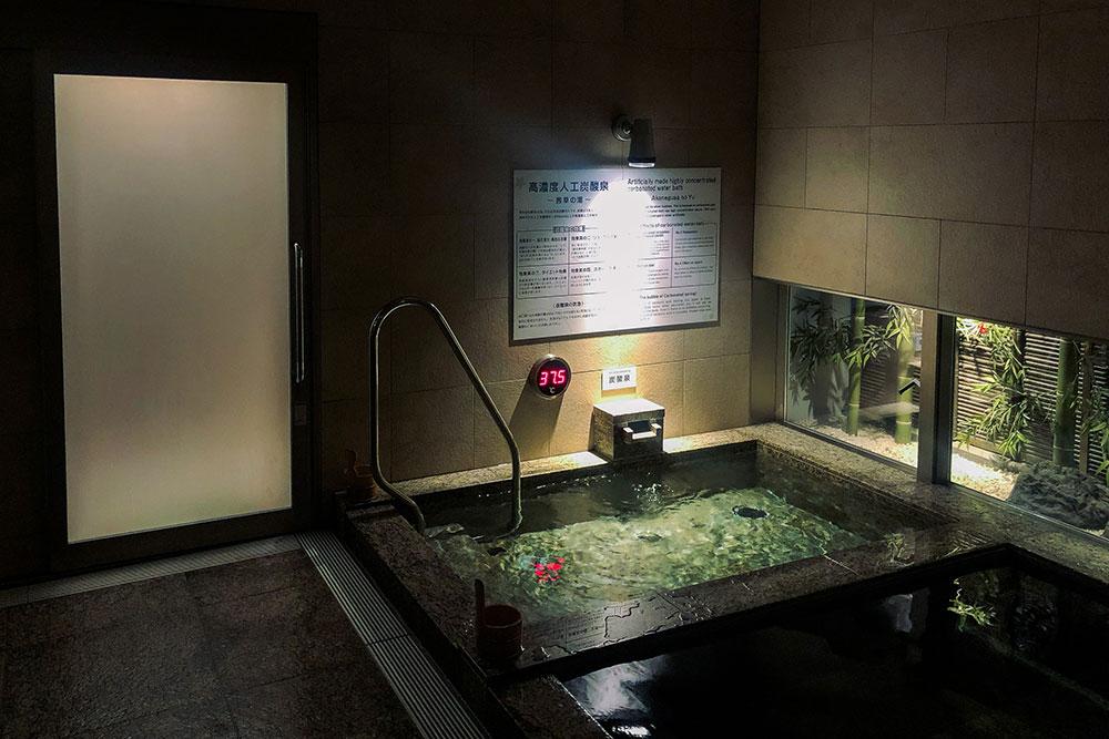 Тотже онсен, вторая ванна: +37,5ºC, другой минеральный состав