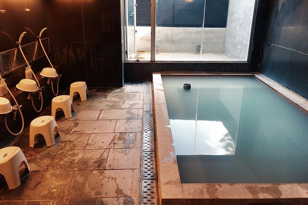 Онсен с минеральной водой из природного источника на термальном курорте Хаконе