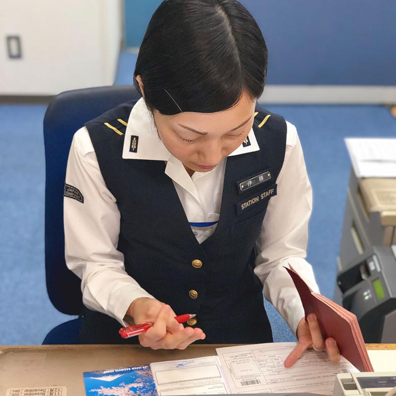 Ваучер именной, поэтому дляоформления проездного нужно показать сотруднику офиса свой загранпаспорт