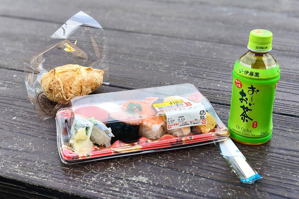Обедаю в парке Оике на берегу озера Кавагутико: набор суши — 410¥, пирожное с заварным кремом — 150¥, чай — 100¥
