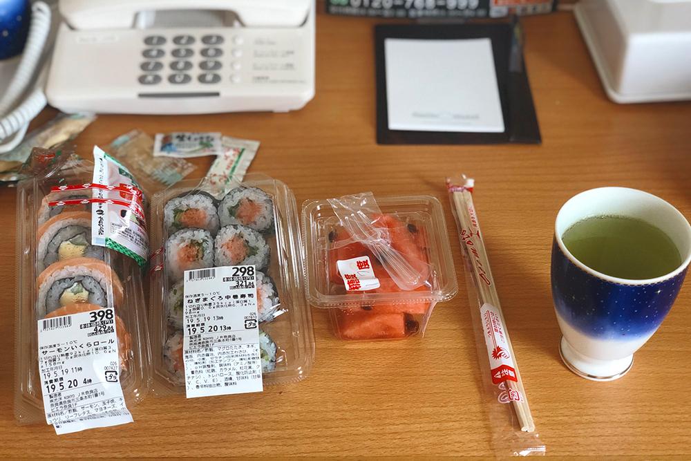 Ужин из супермаркета Kohyo в отеле в Наре: роллы — 398¥ и 298¥, арбуз — 130¥