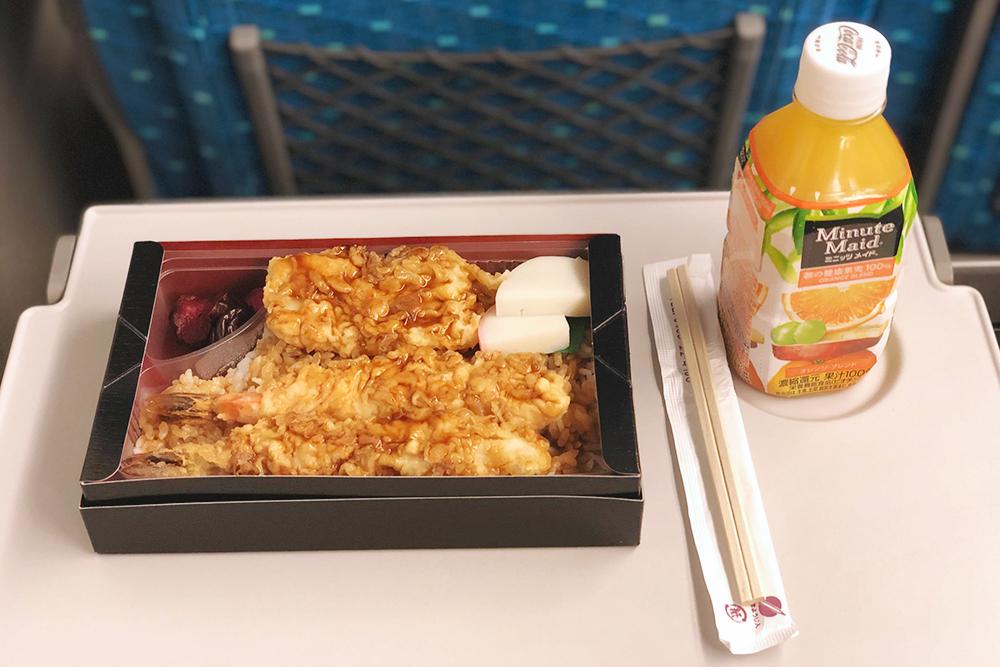 Бенто с креветками в темпуре, рисом и маринованными овощами — 1000¥, апельсиновый сок из вендингового автомата — 150¥