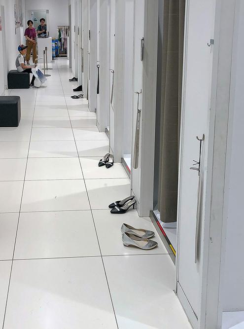 Традиция снимать обувь везде, например перед примерочной
