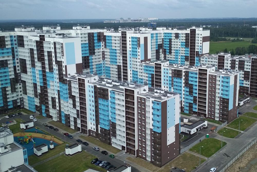 Соседний жилой комплекс, где ятоже присматривала квартиру. Вкорпусах, которые устраивали меня поместорасположению, нет вентилируемых фасадов, адворы открытые, ивних ездят машины. Квартиры вэтих домах дешевле, чем вмоем, хотя застройщик тоже позиционирует объект как дом комфорт-класса. Источник: «Северный город»