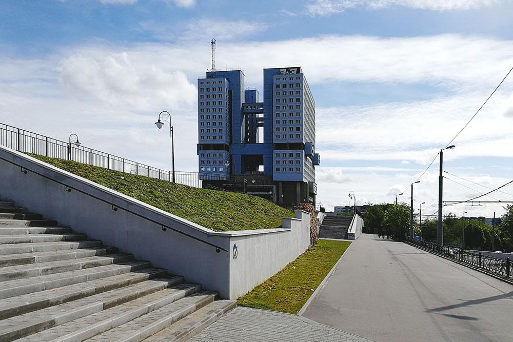В 1967году советское руководство распорядилось взорвать остатки старинного Кенигсбергского замка. На его месте началось строительство Дома Советов. Но здание так и не было достроено, превратившись в неофициальный символ советского периода в истории города