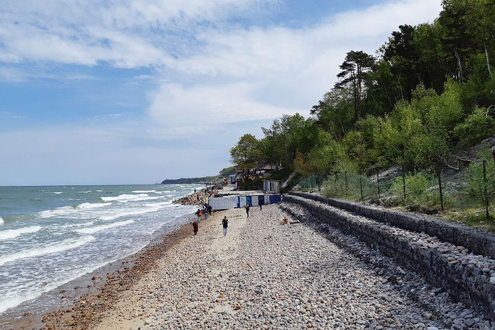 На побережье Балтийского моря очень живописно. Если слишком холодно длякупания, можно просто побродить вдоль кромки воды. Песок там перемешан с мелкими камешками. Говорят, что если постараться, то прямо на побережье можно найти настоящий янтарь. Я не нашел