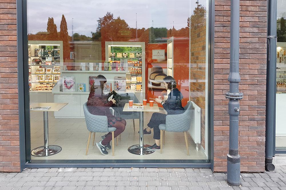 В Калининграде есть специализированные магазины, где продают только марципан. Там можно купить подарочную упаковку, а можно продегустировать разные виды с чаем или кофе