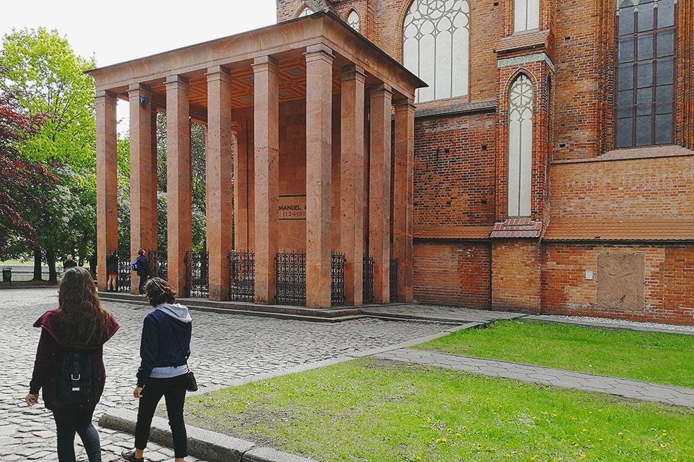 «Пристройка» с мемориалом Канта. Философ родился и всю жизнь прожил в Кенигсберге, учился и преподавал в местном университете