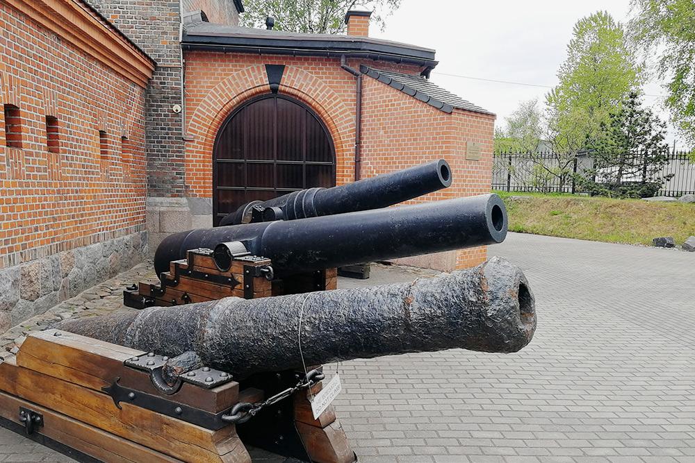 Около Фридрихсбургских ворот можно посмотреть старинные артиллерийские орудия