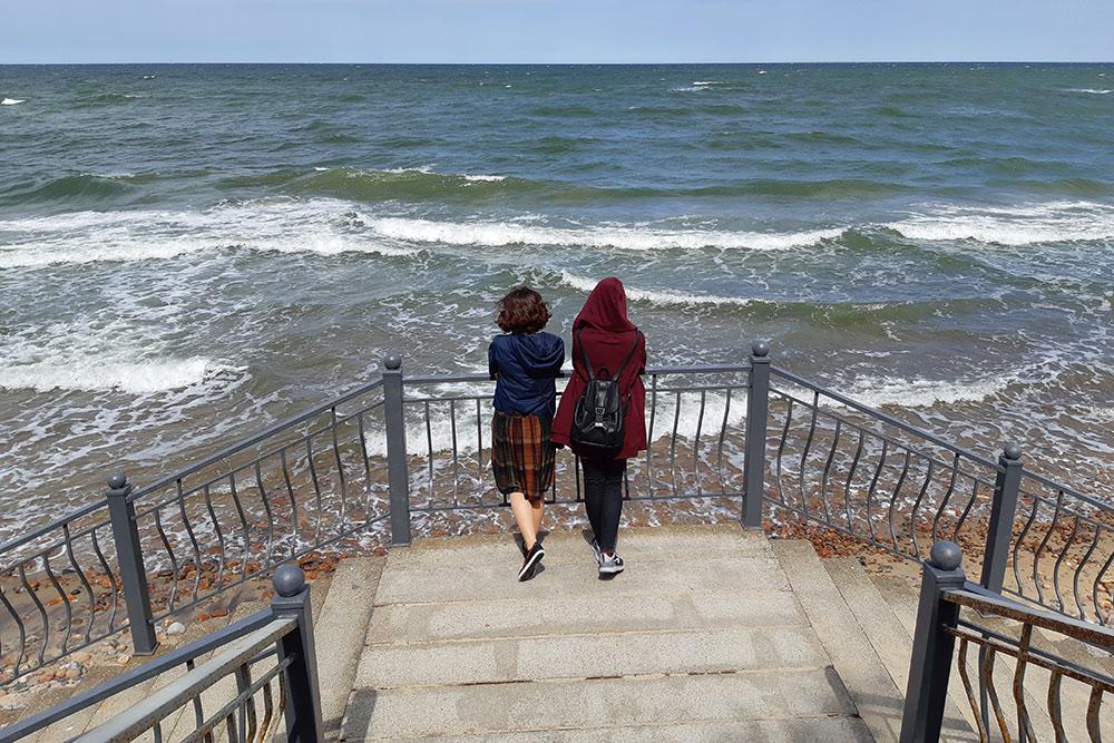 Искупаться нам так и не удалось: в мае вода еще очень холодная. Но на суровые воды Балтийского моря мы посмотрели