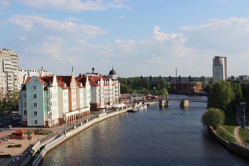 Вид со&nbsp;смотровой башни «Маяк» на&nbsp;Юбилейный мост. В&nbsp;круглой башне отеля «Кайзерхоф» можно снять номер с&nbsp;видом на&nbsp;реку за&nbsp;11 645<span class=ruble>Р</span>