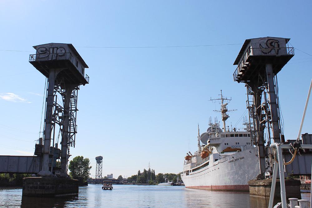 Старый разводной железнодорожный мост икорабль «Космонавт Виктор Пацаев»