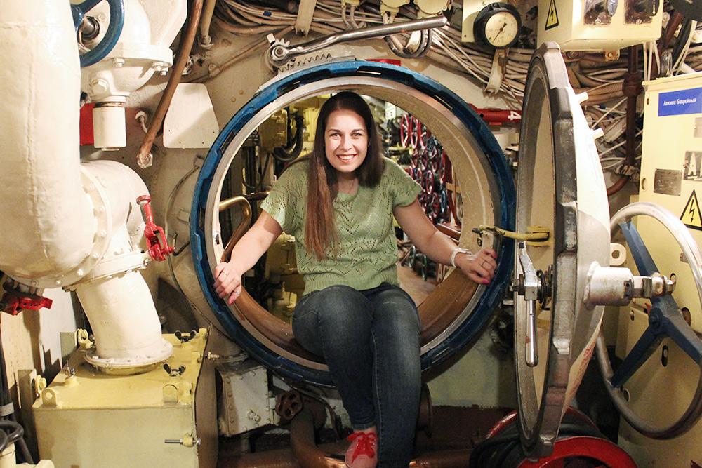 Припосещении подводной лодки Б-413 из отсека в отсек придется перемещаться через узкие люки. Это забавно, но девушкам лучше быть в брюках