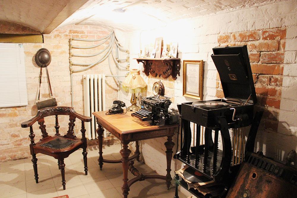 Вквартире есть свой подвал, вкотором воссоздан рабочий кабинет. Нафото — стул особой формы длямужчин
