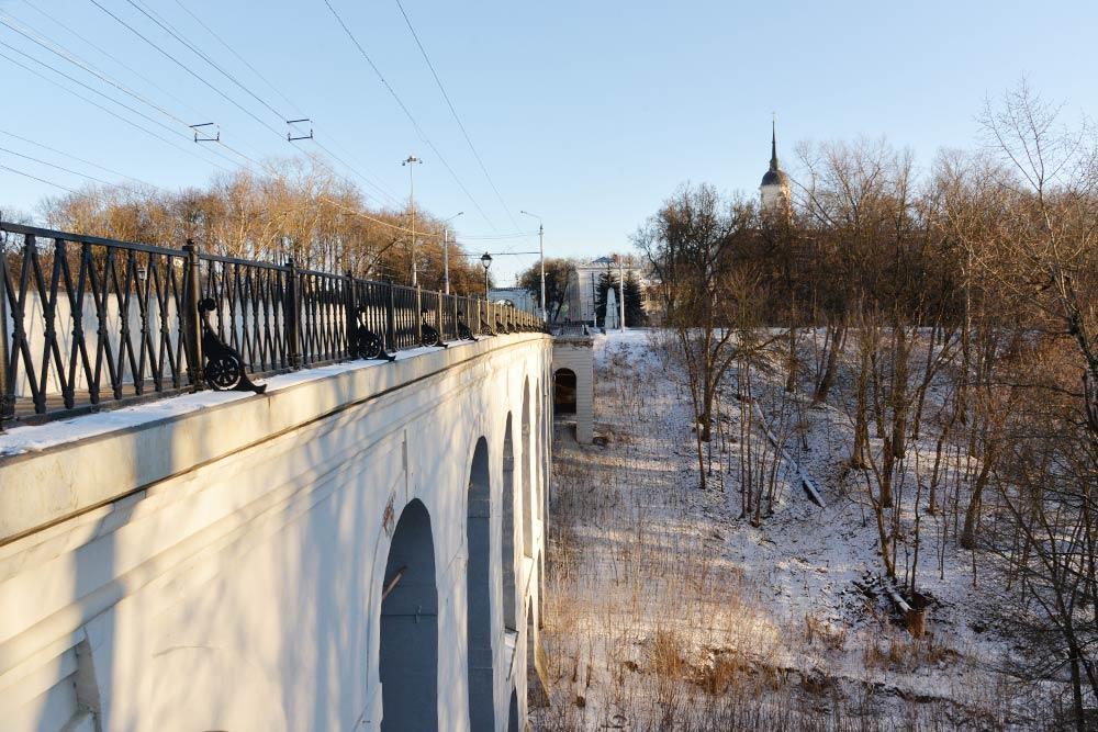Каменный мост через Березуйский овраг — старейший каменный виадук вРоссии. Его построили в1785году, последняя глобальная реставрация — в 2010. Мост досих пор выдерживает транспортный поток