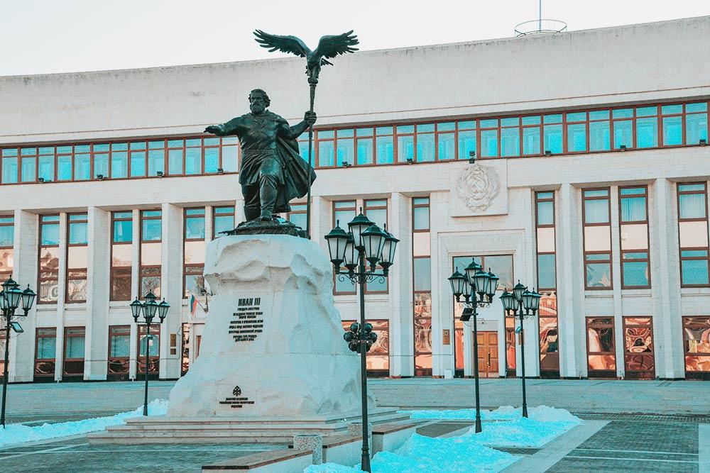 В2017году напротив здания областной администрации установили памятник ИвануIII. Донего наэтом месте долго стоял памятник Ленину. Споры насчет этой замены неутихают досих пор