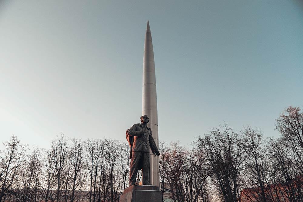 Калужане очень любят иуважают Циолковского. Вего честь назван городской университет, одна изшкол иаэропорт. Всего вгороде четыре памятника ученому, втомчисле инаего могиле