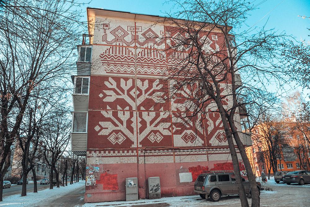 Фасады некоторых пятиэтажек украшают узоры встиле традиционной калужской вышивки