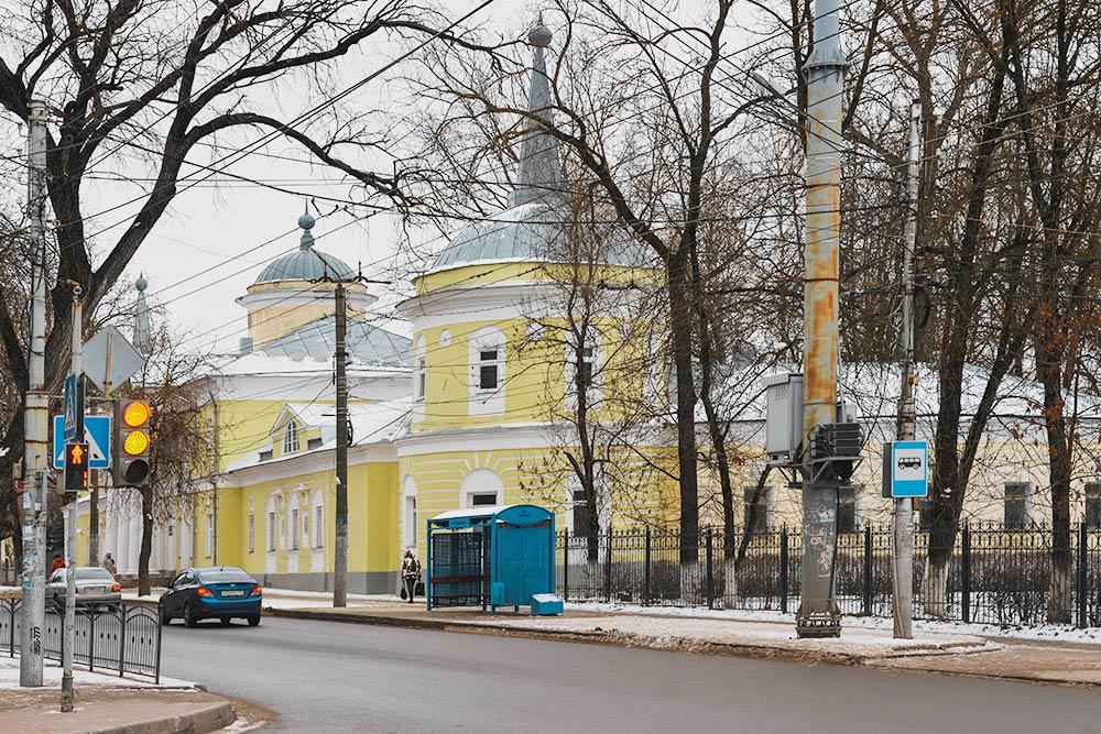 Хлюстинская больница — самая старая в Калуге. Ее построили в 1804году. Сейчас на ее территории кроме больницы и поликлиники расположился городской роддом и станция переливания крови