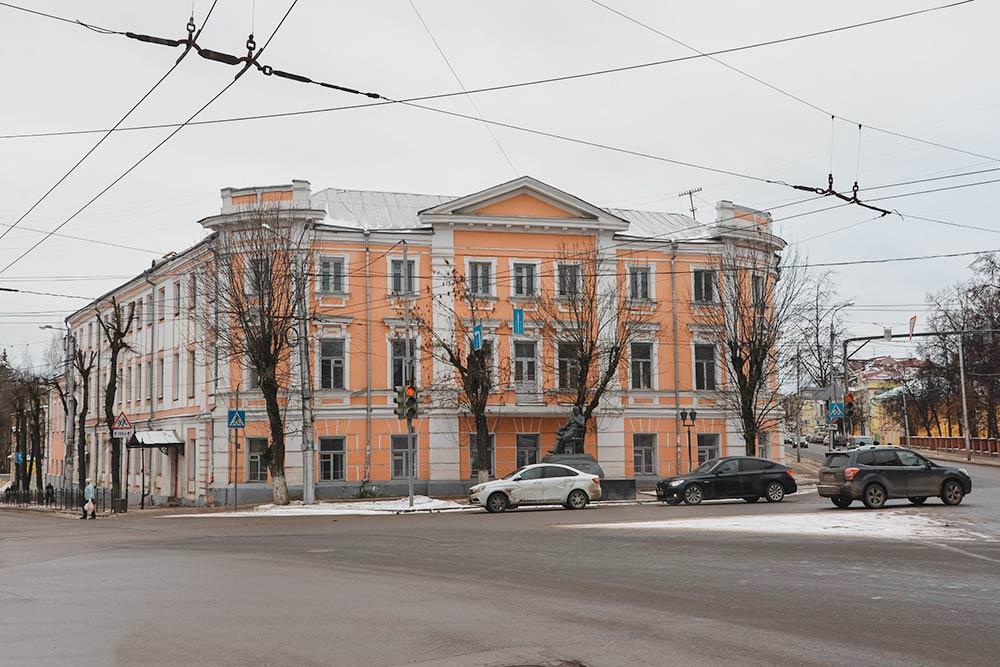 Иняз иистфак находятся вздании Николаевской гимназии, которое было построено в1804году