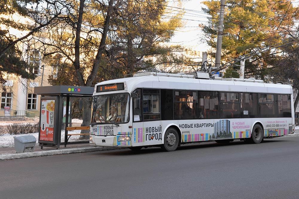 Большинство троллейбусов вКалуге новые, ноиногда можно встретить раритеты сизящной ржавчиной надверях