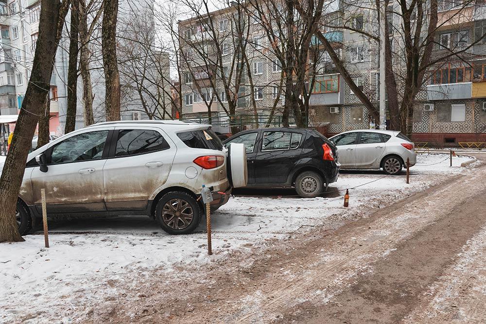 Водворах вцентре города жители огораживают свои парковочные места, чтобы никто из«понаехавших» работать вофисные центры непоставил туда свою машину