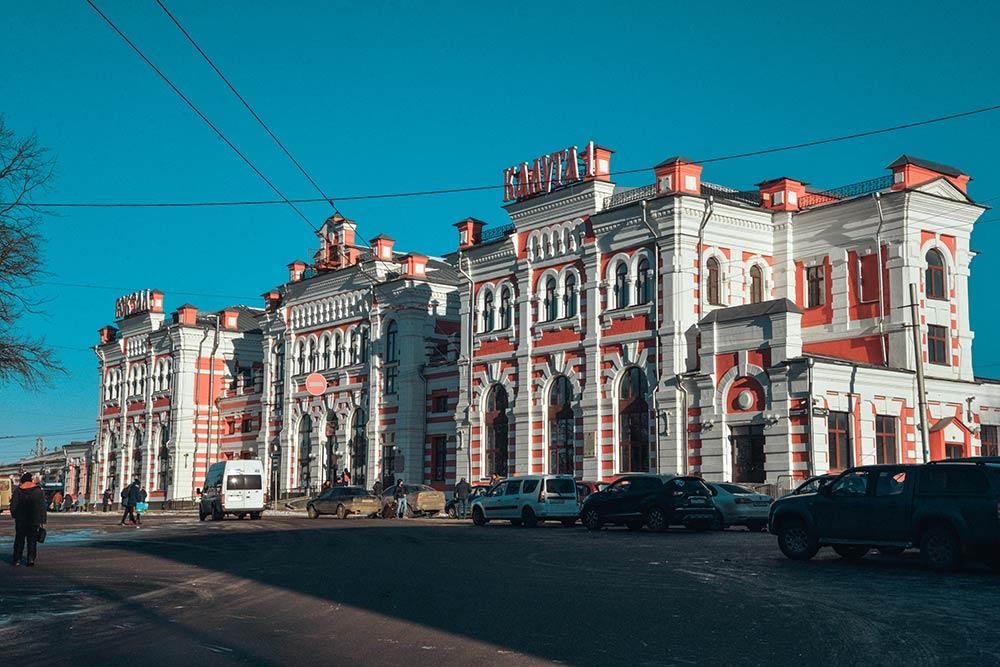 Вокзал Калуга-1 был открыт в 1874году, с тех пор его внешний вид совсем неизменился. Ежедневно отнего отправляется восемь электричек доКиевского вокзала вМоскве