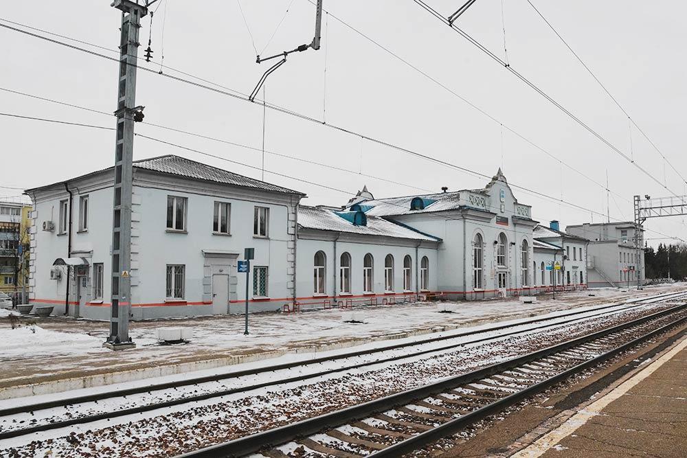 Калуга-2 выглядит нетак впечатляюще. Здание этого вокзала можно увидеть вфильме «Карнавал». Внем станция называлась Оханск