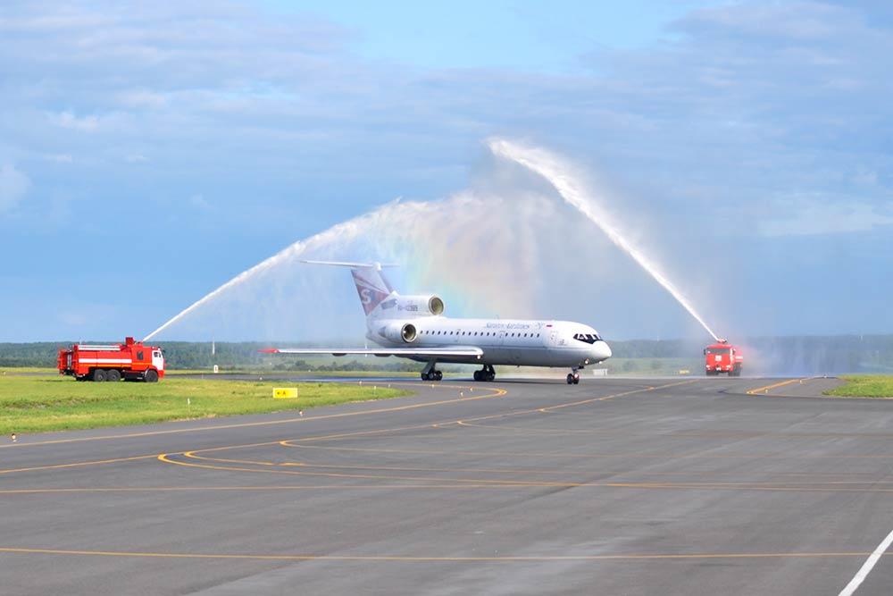 Иногда администрация аэропорта устраивает споттинг — съемку самолетов дляжурналистов ифотографов. Ябыла надвух. Здесь водяной аркой приветствуют первый самолет нового перевозчика