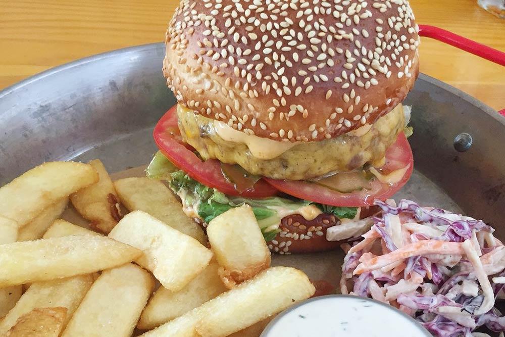 Такой бургер с&nbsp;картошкой в&nbsp;баре «Мажор» стоит 470&nbsp;<span class=ruble>Р</span>