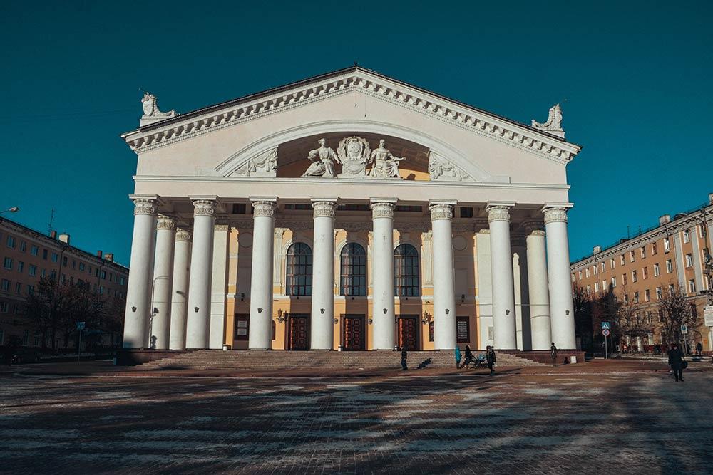Датой рождения драмтеатра считают 19 января 1777года. В 1941году, во время оккупации, театр разрушили, а в 1958 было построено новое здание в духе сталинского ампира